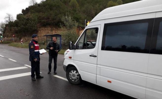 Jandarma trafik destekçisi iki örenciye katılım belgelerini takdim etti
