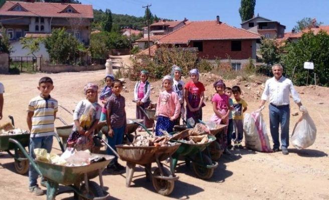 Köy Kuran Kursu öğrencilerinden çevre temizliğine destek