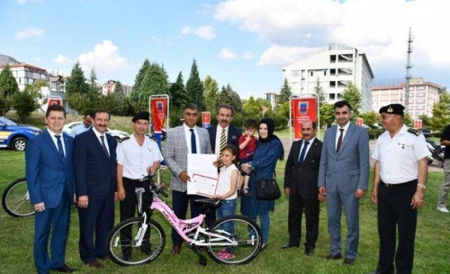 Sürücü seyahat karnesini doldurarak en çok beğeni alan 3 öğrenciye bisiklet hediye edildi