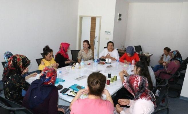 Mersin'de genç kızlar iğne oyası öğreniyor
