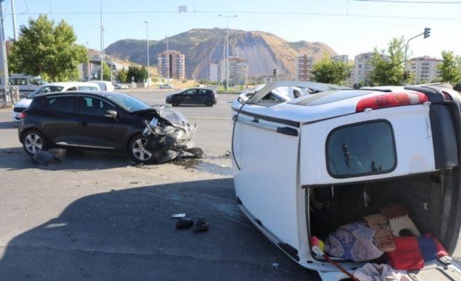 Otomobil ile çarpışan kamyonet yan yattı: 4 yaralı