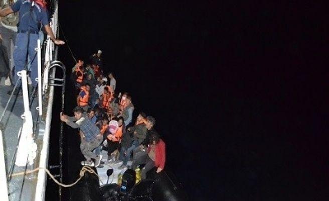 Enez'de lastik botla Yunanistan'a geçmeye çalışan 36 düzensiz göçmen yakalandı