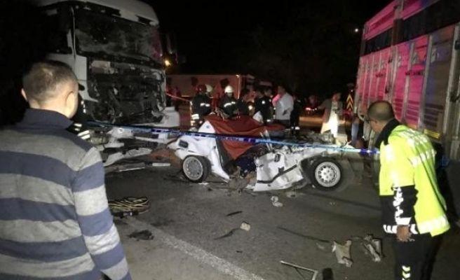 Yakıtı Bitip, Kamyonla Çekilen Otomobile TIR Çarptı: 3 Ölü, 2 Yaralı