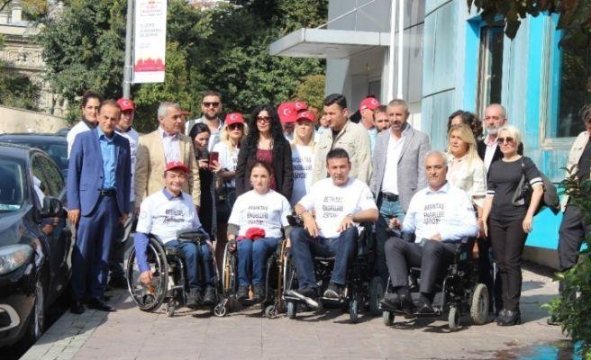 Başkan Akpolat tekerlekli sandalyeye binerek 'engelleri' tespit etti