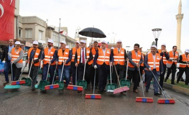 Kaymakam ve belediye başkanı sokakları temizledi