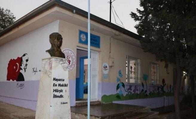 Gönüllü gençler köy okuluna renk kattı