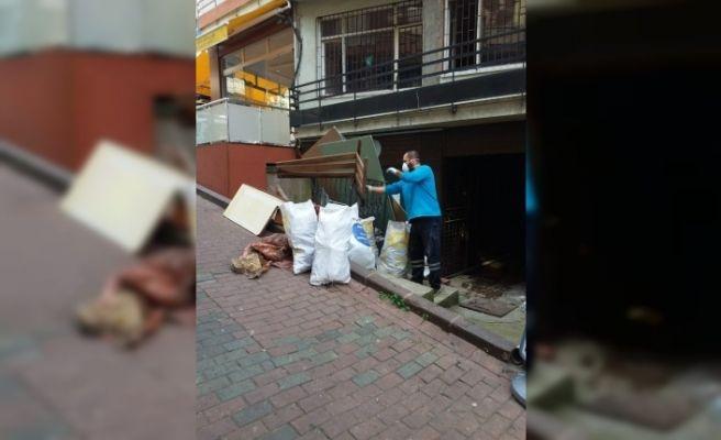 İzmit'te kötü kokuların geldiği binadan çöp ev çıktı