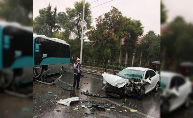 Ters yöne giren otomobil halk otobüsüyle çarpıştı
