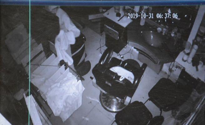 Şanlıurfa'da berber dükkanından hırsızlık anı güvenlik kamerasına yansıdı