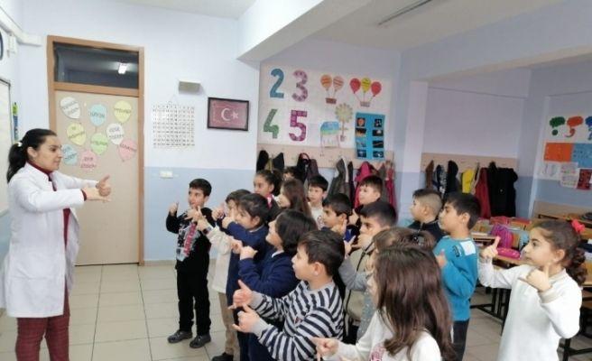 Öğrenciler işaret dili ile şarkı söylüyorlar