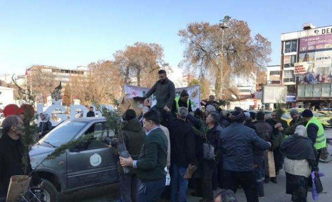 """Iğdır'da """"Ağaç kesme, fidan dik"""" kampanyasıyla 400 fidan dağıtıldı"""