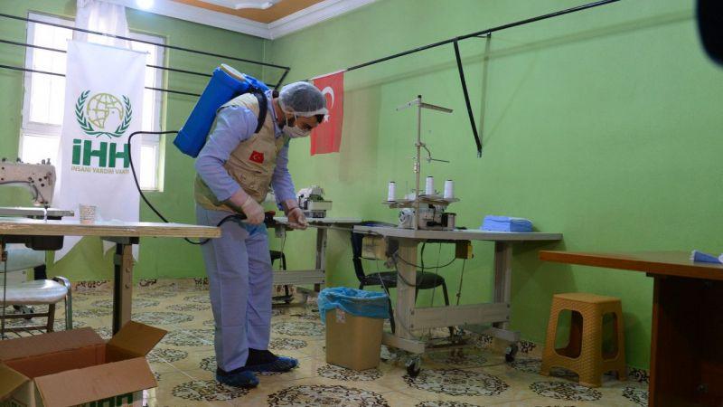 Suriyeli kadınlar ihtiyaç sahipleri için maske üretiyor