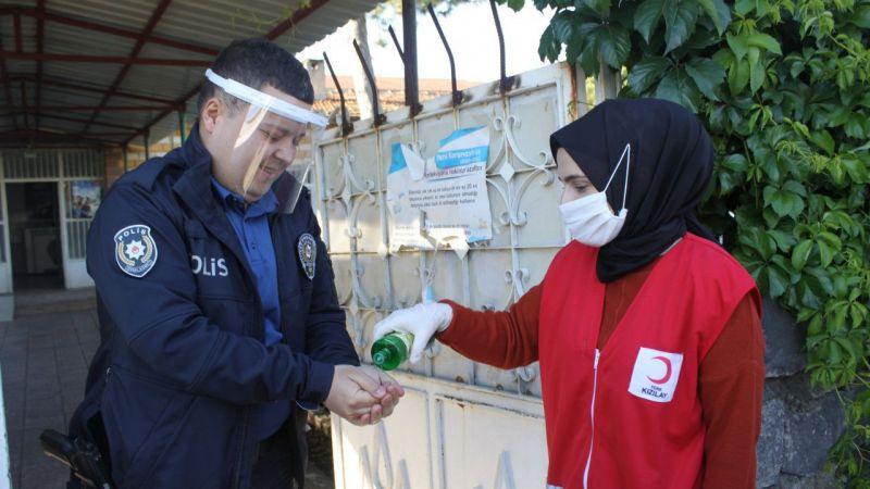 Türk Kızılay, bayramda çalışan güvenlik güçlerini ziyaret etti