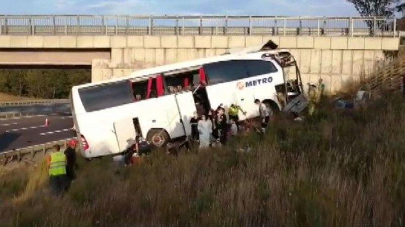 Yolcu otobüsü yoldan çıktı: Çok sayıda ölü ve yaralılar var