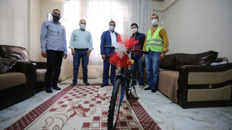 Rahatsızlanan çocuğu çöp kamyonuyla hastaneye yetiştiren temizlik görevlisi ödüllendirildi