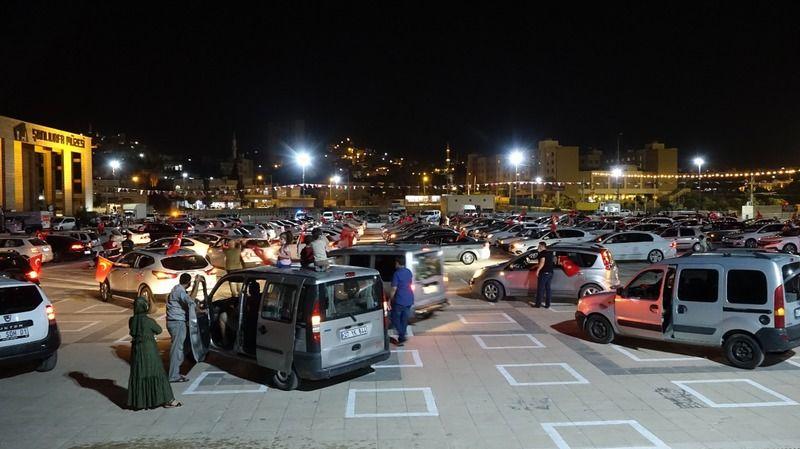 Urfa'da arabalı açık hava sinema keyfi
