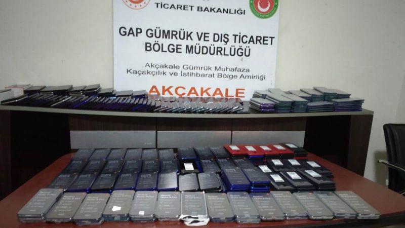 Akçakale Gümrük Kapısı'nda 414 adet kaçak cep telefonu ele geçirildi
