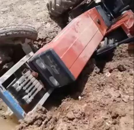 Urfa'da kontrolden çıkan traktör...