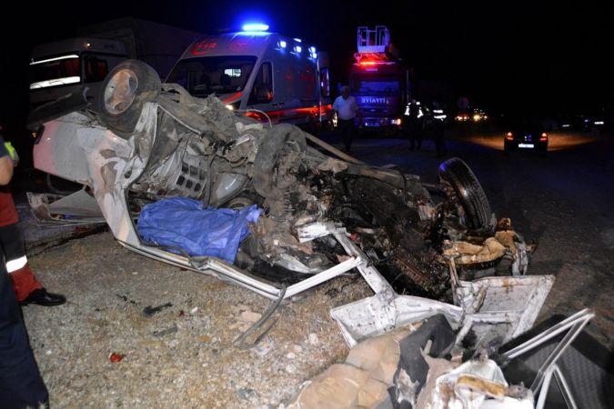 İki otomobil kafa kafaya çarpıştı: 1 ölü, 4 yaralı!