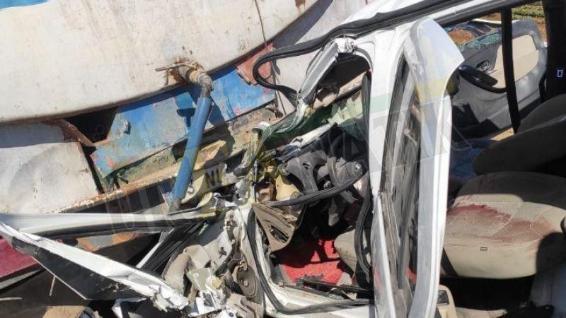 Urfa'da otomobil kamyonun altına girdi