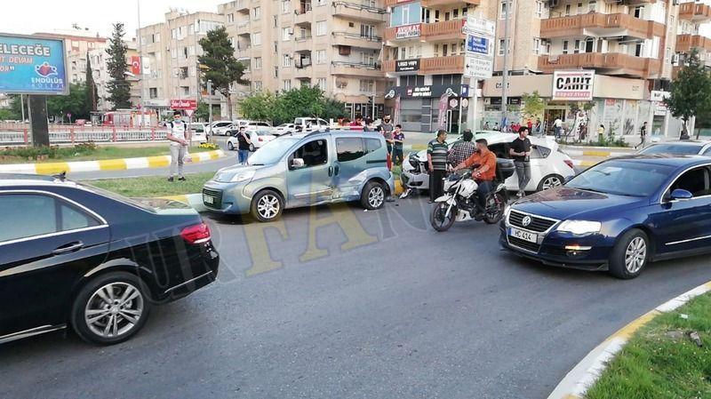 Urfa'da otomobil önüne çıkan araca çarptı: Kaldırıma çıktı!
