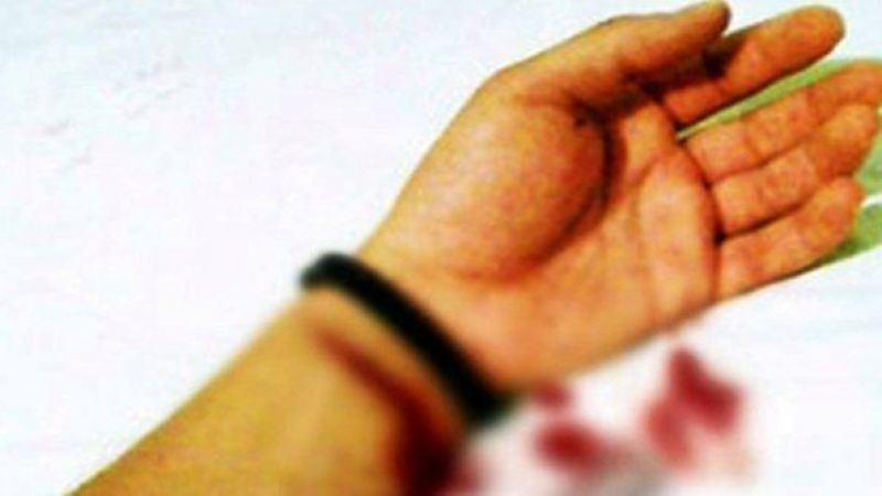 Urfa'da genç kız bileklerini kesti