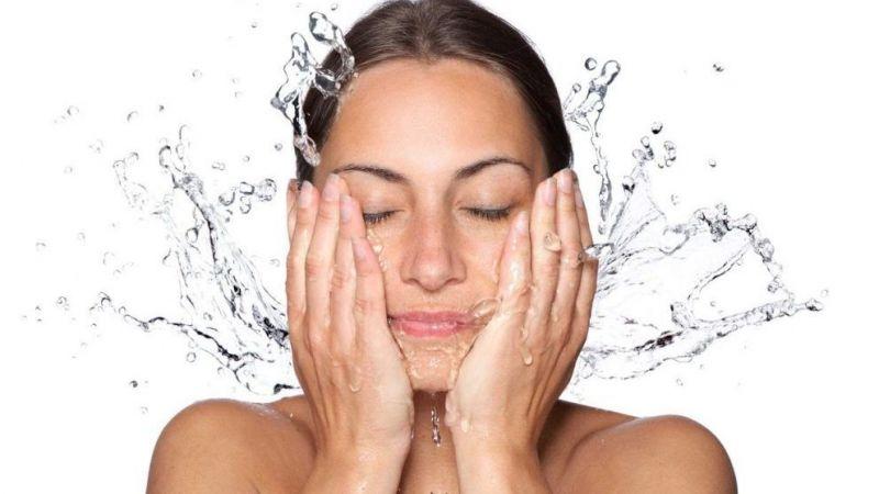 Duşta yüzünüzü yıkamamak için 4 neden