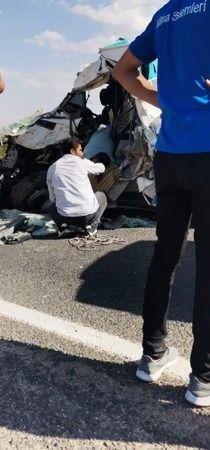 Şanlıurfa'da 2 araç kafa kafaya çarpıştı: 1 ölü!