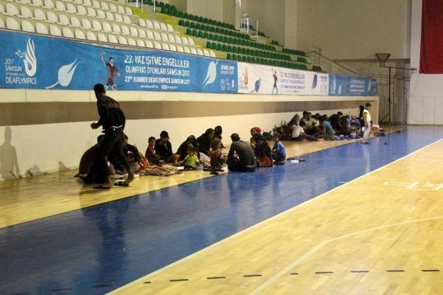 Sular altında kalan Urfalılar spor salonuna yerleştirildi!