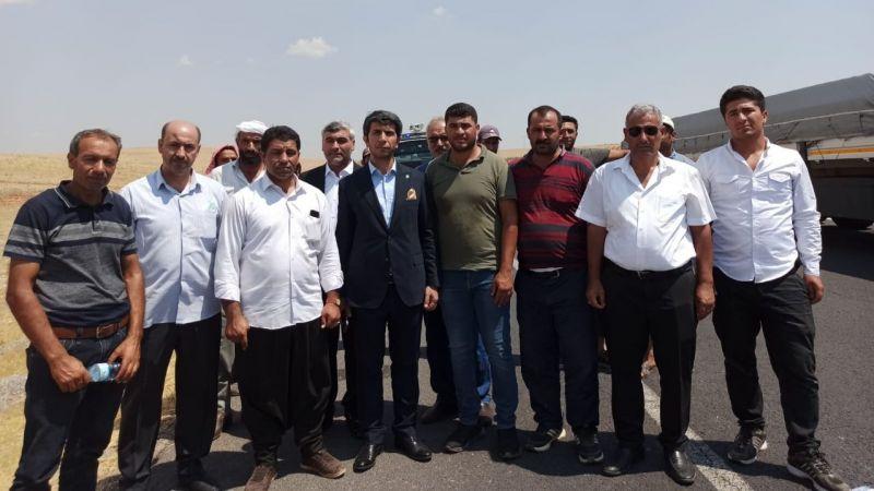 Şanlıurfa İl Başkanı yolu kapatan çiftçilerle görüştü