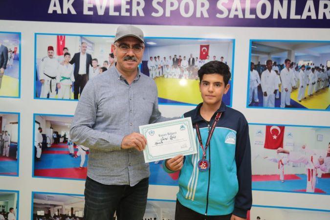 Başkan Mehmet Kuş şampiyonu ödüllendirdi