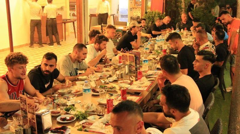 Yuvaya dönen Şanlıurfaspor'a Karakaş'tan moral yemeği