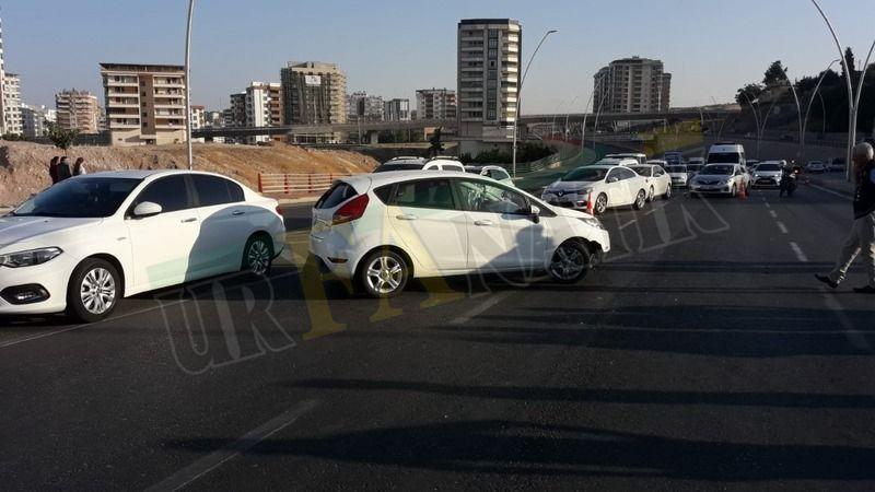Karaköprü'de Hafif ticari araç ile otomobil çarpıştı
