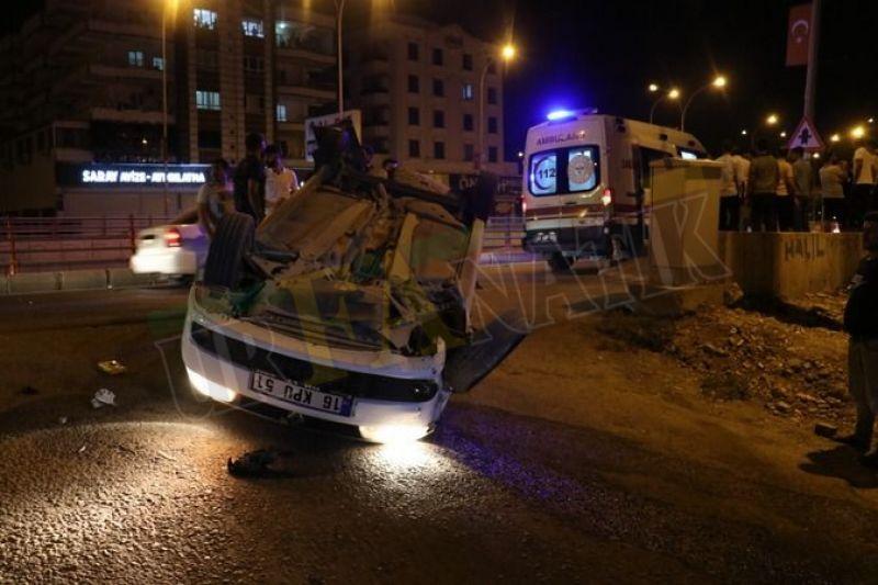Urfa'da feci kaza: Direğe çarpan otomobil takla atarak durdu!