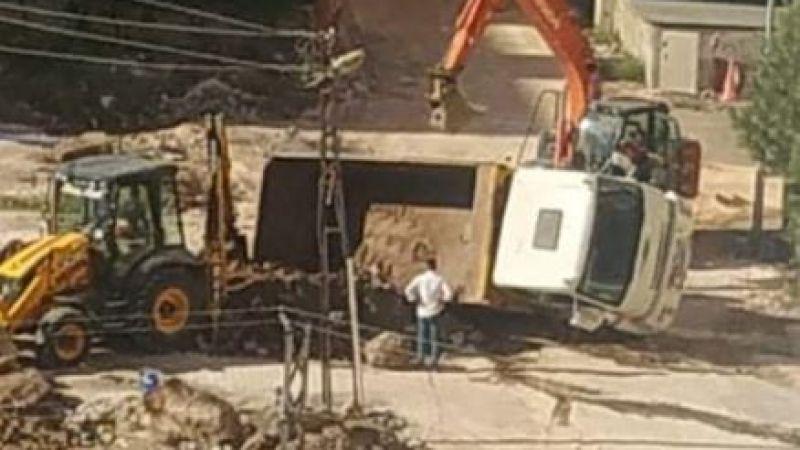 Urfa'da kamyon, kazı yapılmış alana düştü!