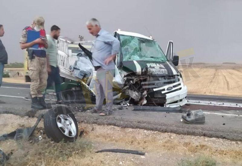Urfa'da feci kaza: Otomobil ve pikap kafa kafaya çarpıştı!