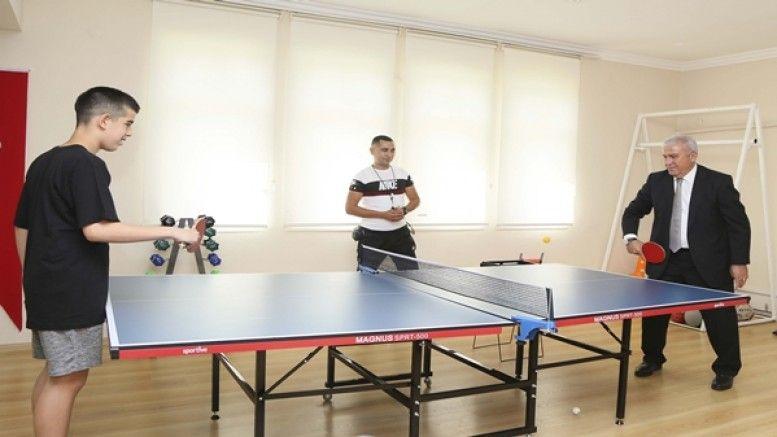 Başkan Atay, otizmli çocuklarla masa tenisi oynadı