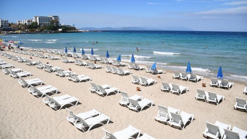 Kuşadası mavi bayraklı plajları ile misafirlerini bekliyor