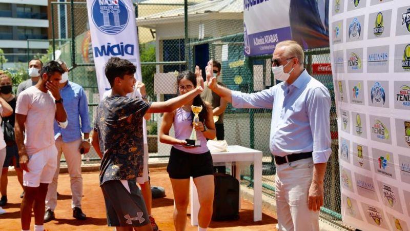 Tenisçiler ödülünü Başkan Atabay'ın elinden aldı