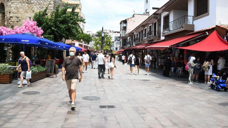 Kuşadası'nın yenilenen çarşıları turist akınına uğruyor