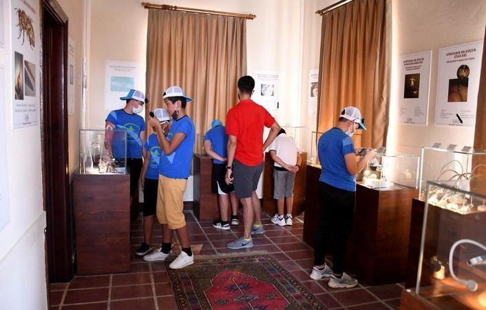 Gençlik Kampı öğrencileri Türkiye'nin tek Mikro Minyatür Sanat Merkezi'ne hayran kaldı