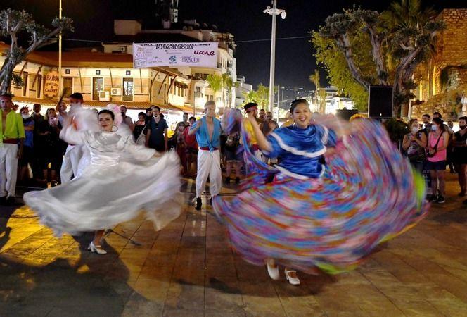 Kuşadası'nda Meksika halk dansları rüzgarı esti