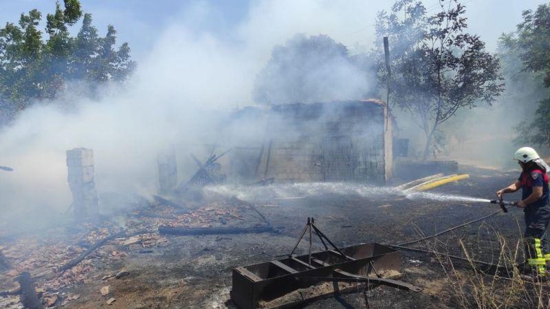 Büyükşehir Belediye İtfaiyesi Cincin'deki yangına anında müdahale etti