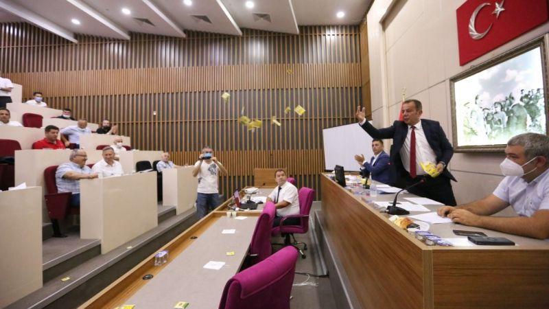 Bolu belediye başkanı 'sığınmacı teklifi'ne tepki gösteren AKP'lilere çay fırlattı
