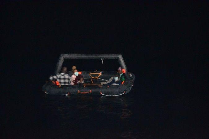 Kuşadası açıklarında 22 düzensiz göçmen kurtarıldı