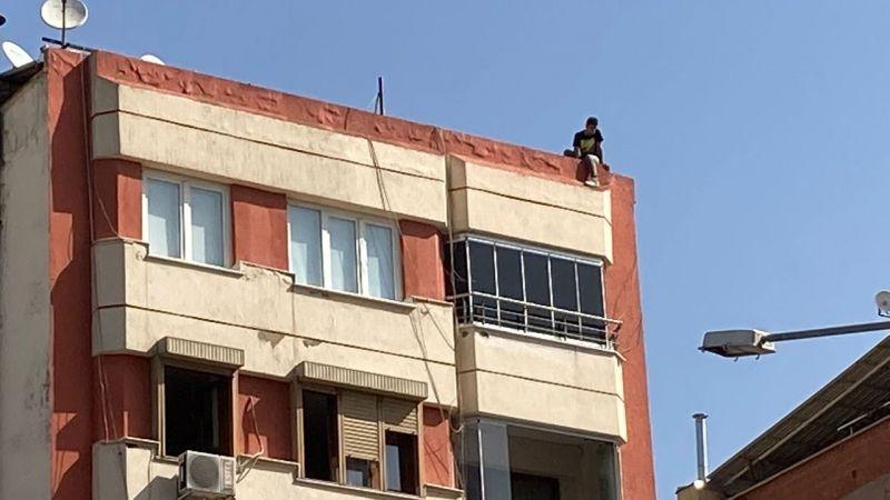 Çatıya çıkıp bağırmaya başladı, görevliler dışında kimse aldırış etmedi