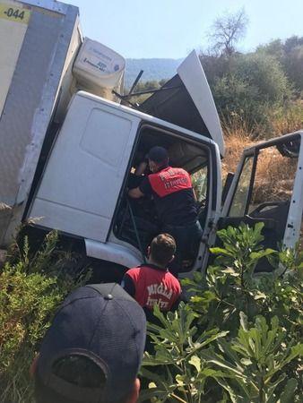 Yoldan çıkan kamyonun sürücüsü yaralandı