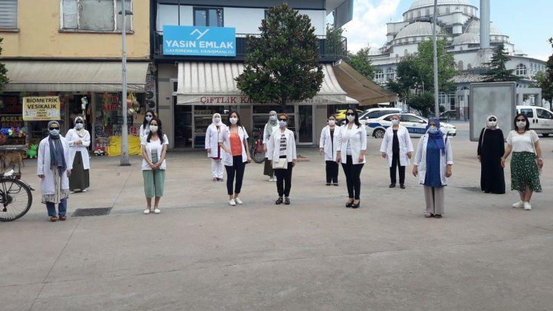 Akyazılı sağlıkçılar pankartlarla uyardı