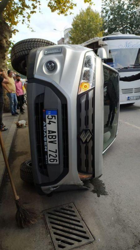 Yenicami'de bir araç taksi durağına çarpıp yan yattı - Sakarya Asayiş