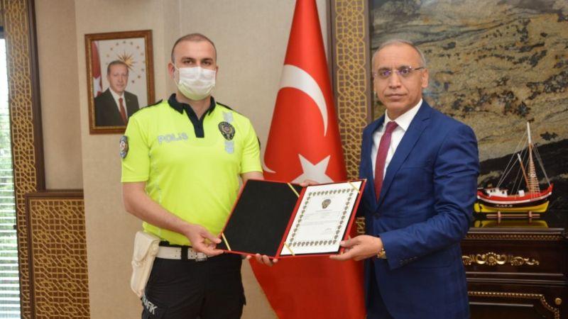 O polislere teşekkür belgesi verildi